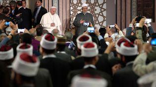 Le pape en compagnie du grand imam, cheikh Ahmed al-Tayeb, au Caire, la capitale égyptienne, le 28 avril 2017. (OSSERVATORE ROMANO  / AFP)