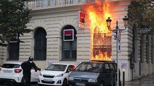 Un homme s'enfuit après avoir lancé un cocktail Molotov sur une banque, à Bastia (Haute-Corse), samedi 15 octobre 2016. (PASCAL POCHARD-CASABIANCA / AFP)