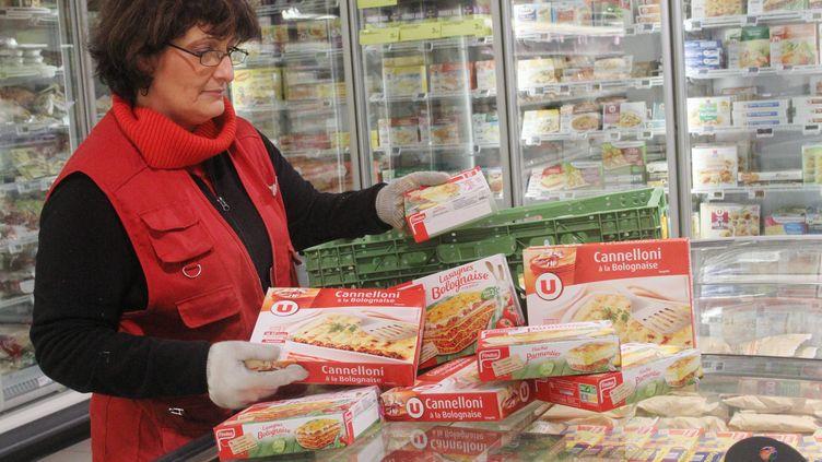 Une responsable du rayon surgelés du supermarché Super U de Wittelsheim (Haut-Rhin) retire les plats à base de viande de la marque Findus, le 13 février 2013. (MAXPPP)
