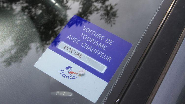 Un autocollant sur le pare brise d'une Voiture de Tourisme avec Chauffeur (VTC) à Mulhouse, le 12 Août 2014. (JEAN FRANCOIS FREY / MAXPPP)