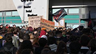 Des étudiants rassemblés devant le Crous à Lyon le 12 novembre 2019. (PHILIPPE DESMAZES / AFP)