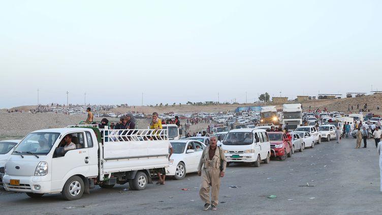 Des milliers d'Irakiens affluentà Dohouk (Irak), le 4 août 2014, après la prise de Sinjar par l'Etat islamique. (EMRAH YORULMAZ / ANADOLU AGENCY / AFP)