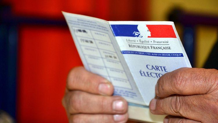 Le Code électoral a été mis à l'épreuve dans plusieurs bureaux de vote, à l'occasion du premier tour des départementales, dimanche 22 mars 2015. (GERARD BOTTINO / CITIZENSIDE.COM / AFP)