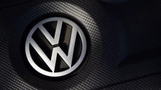 Le logo de Volkswagen sur une voiture à Londres (Royaume-Uni), le 2 octobre 2015. (FRANCK FIFE / AFP)