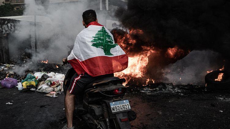 Après l'annonce de la démission de Saad Hariri, ses partisians se sont rassemblés dans les quartiers sunnites de Beyrouth (Liban) en bloquant des routes et incendiant des poubelles, le 15 juillet 2021. (NICOLAS CLEUET / HANS LUCAS / AFP)