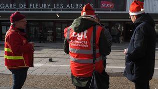Des agents de la SNCF en grève contre la réforme des retraites, organisent un repas àFleury-les-Aubrais (Loiret),le 23 décembre 2019. (GUILLAUME SOUVANT / AFP)