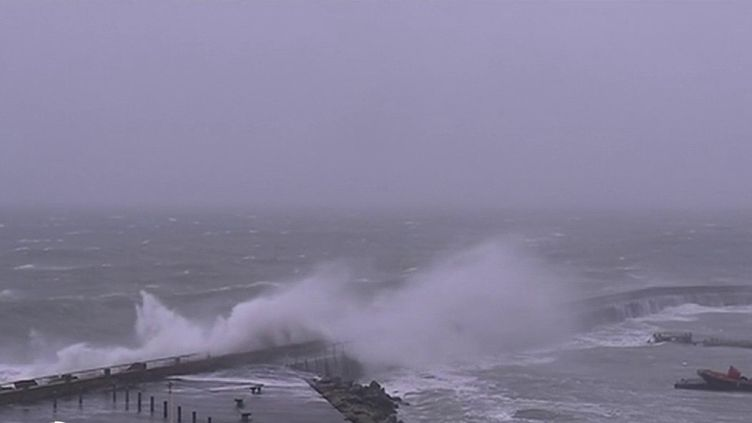 Le Nord du pays est touché dimanche 16 février par la tempête Dennis. Deux départements, le Finistère et le Morbihan, ont été placés en vigilance orange par Météo France. Les rafales atteignent parfois 120 km/h. (FRANCE 2)