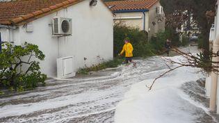 Une personne marche dans le secteur innondé de Racou à Argeles-sur-Mer (Pyrénées-Orientales), le 21 janvier 2020. (RAYMOND ROIG / AFP)