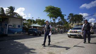 Des policières patrouillent dans les rues du Gosier, en Guadeloupe, le 20 mars 2020. (CEDRICK ISHAM CALVADOS / AFP)