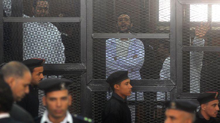Les activistes laïques (de G. à D.)Mohamed Adel, Ahmed Douma et Ahmed Maher, lors de leur procès au Caire 5Egypte), le 22 décembre 2013. ( AFP)