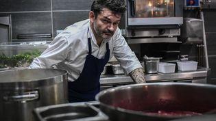 """Stéphane Jégo, chef au restaurant """"L'Ami Jean"""" à Paris. (STEPHANE DE SAKUTIN / AFP)"""