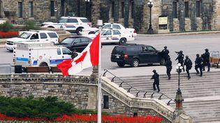 Des commandos de la police canadienne lourdement armés déployés autour du Parlement d'Ottawa, le 22 octobre 2014 (CHRIS WATTIE / REUTERS )