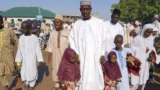 Une famille nombreuse quitte la mosquée à Kano, lors de l'Aïd, en septembre 2017. (AMINU ABUBAKAR / AFP)