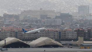Un avion décolle de l'aéroport de Kaboul (Afghanistan), le 14 août 2021. (WAKIL KOHSAR / AFP)