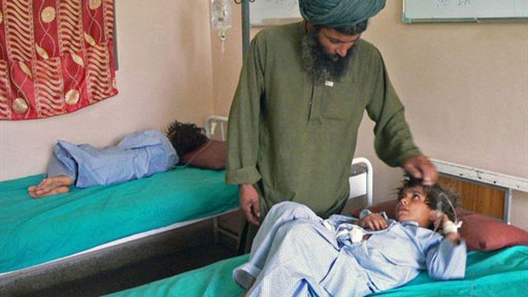 Un enfant blessé à l'hôpital de Kandahar, après qu'une roquette a frappé une maison à Sangin (24 juillet 2010) (AFP / Hamed Zalmy)