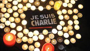 """Une pancarte """"Je suis Charlie"""" prise en photo à La Rochelle (Charente-Maritime), le 7 janvier 2015, après l'attentat contre """"Charlie Hebdo"""". (XAVIER LEOTY / AFP)"""