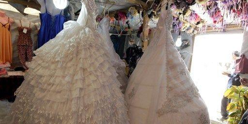 Robes de mariée dans une boutique du camp jordanien de Zaatari. (AFP PHOTO / KHALIL MAZRAAWI)