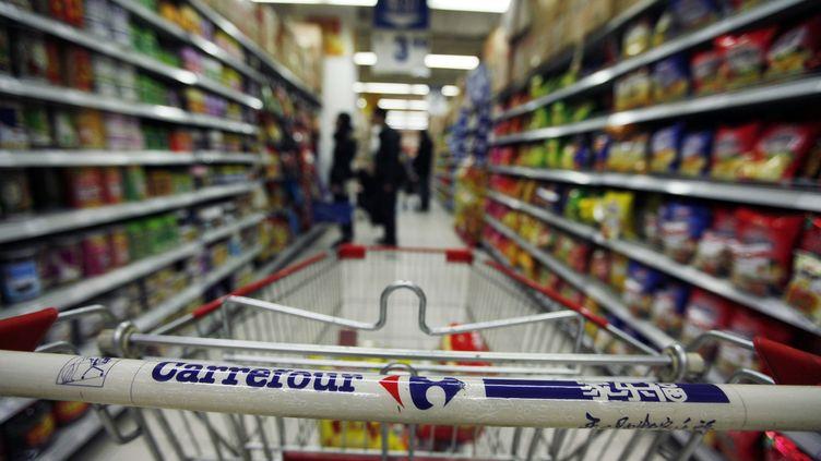 Un client pousse un chariot dans un magasin Carrefour de Pékin, le 4 décembre 2011. (ZHEYANG SOOHOO / REUTERS)