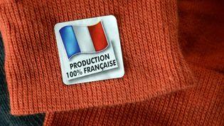 Une paire de chaussettes fabriquée à Rennes (Ille-et-Villaine), le 30 janvier 2013. (DAMIEN MEYER / AFP)
