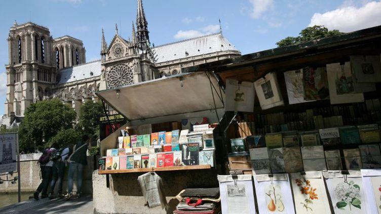 """Les """"boîtes vertes"""" des bouquinistes s'étalent le longs des quais de Seine, dans le centre de la capitale.  (LOIC VENANCE / AFP)"""