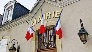 Le fronton d'une mairie de la Sarthe avec des drapeaux français. Le gouvernement prévoit de supprimer progressivement la taxe d'habitation pour 80% des contribuables.  (MICHEL GILE / SIPA)
