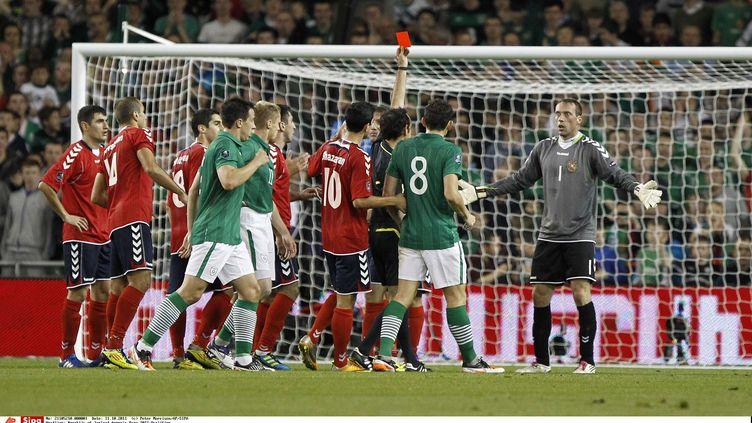 Le gardien de l'Arménie, Roman Berezovsky, est expulsé sur un fait de jeu contesté, le 11 octobre 2011 à Dublin (Irlande). (PETER MORRISON / AP / SIPA)