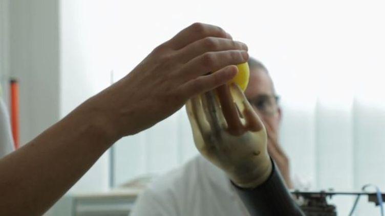 Priscille Deborah a été opérée en novembre 2018 de son bras amputé afin de pouvoir intégrer un bras bionique, commandé par son cerveau. (FRANCE 2)