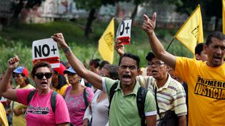 Des opposants à Nicolas Maduro manifestent, à Caracas (Venezuela), le 31 mars 2017. (CARLOS GARCIA RAWLINS / REUTERS)