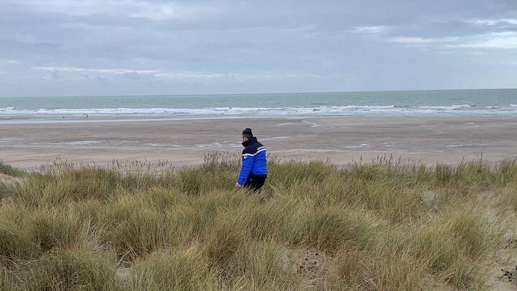 Des gendarmes patrouillent sur la plage et dans les dunes de la Côte d'Opale pour empêcher les migrants de traverser la manche en embarcation de fortune. (EMMANUEL BOUIN / RADIO FRANCE)