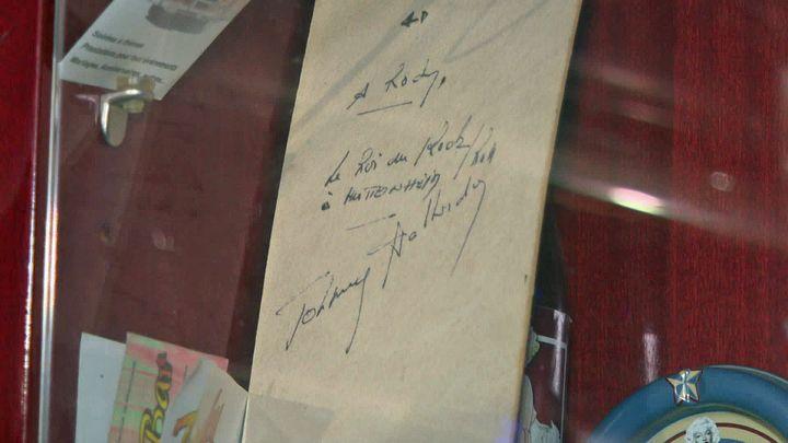 Dédicace de Johnny Hallyday lors de son passage au Rocky Bar (France 3 Alsace)
