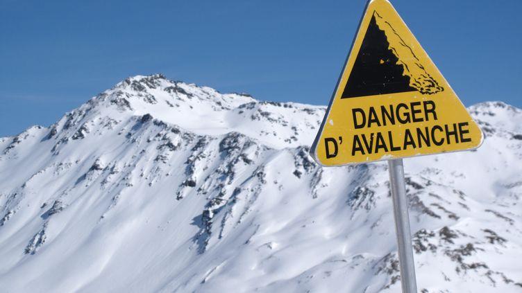 (Un panneau de signalisation de risque d'avalanche©MAXPPP)