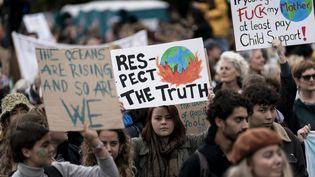 """Des participants à la """"grève pour le climat"""" défilent dans les rues de La Haye, aux Pays-Bas, le 27 septembre 2019. (KENZO TRIBOUILLARD / AFP)"""
