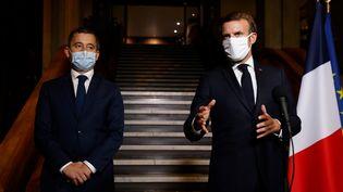 Emmanuel Macron et le ministre de l'Intérieur Gerald Darmanin à Bobigny (Seine-Saint-Denis),le 20 octobre 2020, où ils annoncent que des associations ou collectifs seront dissous après l'assassinat de Samuel Paty. (LUDOVIC MARIN / POOL)