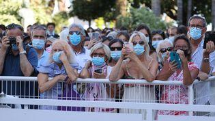 Des spectateurs du Festival de Cannes (Alpes-Maritimes), le 9 juillet 2021. (VALERY HACHE / AFP)