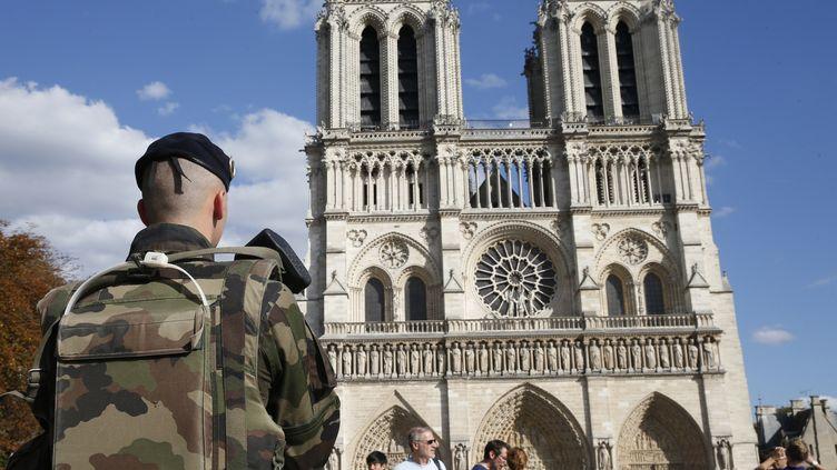 Un soldat de l'opération Sentinelle devant la cathédrale de Notre-Dame, le 20 août 2017. (GEOFFROY VAN DER HASSELT / AFP)