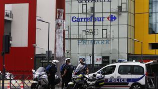 Ders policiers devant le centre commercial Qwartz de Villeneuve-La-Garenne (Hauts-de-Seine), le 13 juillet 2015. (THOMAS SAMSON / AFP)