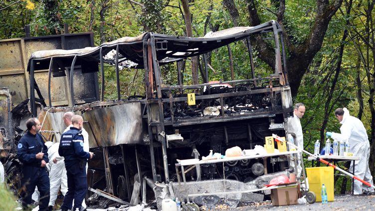 Sur les lieux de l'accident entre un car et un camion, à Puisseguin (Gironde), le 24 octobre 2015. (MEHDI FEDOUACH / AFP)