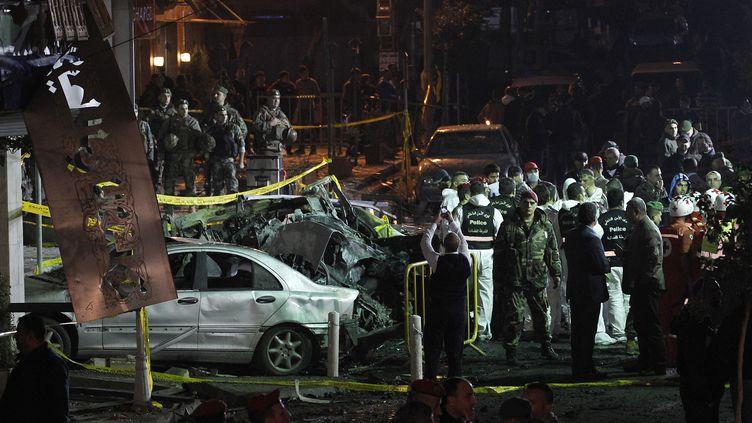 Des militaires inspectant les dégâts probvoqués par un attentat à la bombe survenu le 2 janvier 2014 à proximité de Beyrouth (Liban). (ANWAR AMRO / AFP)