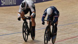 Sébastien Vigier à la lutte avec l'Allemand Stefan Boetticher aux championnats du monde de cyclisme sur piste, le 24 octobre 2021. (DENIS CHARLET / AFP)
