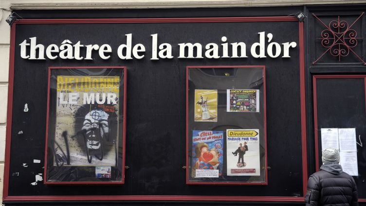 Un passant devant le théâtre de la Main d'Or à Paris où Dieudonné à l'habitude de se produire, le 11 janvier 2014. (ALAIN JOCARD / AFP)