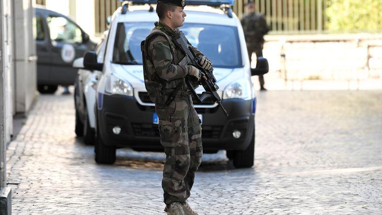 Un militaire français surveille le lieu où un véhicule a renversé six militaires de l'opération Sentinelle, mercredi 9 août à Levallois-Perret (Hauts-de-Seine). (STEPHANE DE SAKUTIN / AFP)
