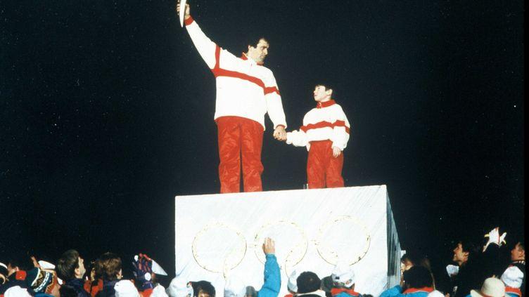 Michel Platini, dernier porteur de la flamme olympique lors des JO d'Albertville en 199,2 avec François-Cyrille Grange, frère du skieur Jean-Baptiste, âgé de 9 ans à l'époque (BOCCON-GIBOD/SIPA / SIPA)