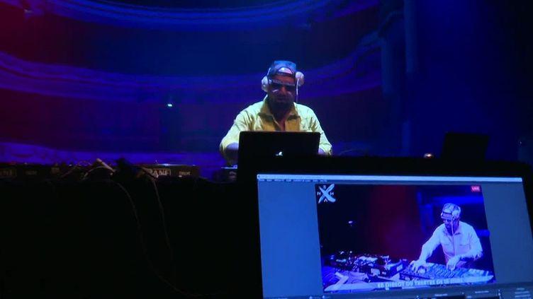 DJ Nexha en live au théâtre de la Sinne à Mulhouse. (FRANCEINFO)