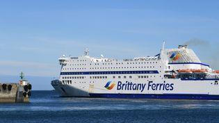 Un bateau de la Brittany Ferries qui fait la liaison entre la France et l'Angleterre (photo d'illustration). (NICOLAS CREACH / MAXPPP)