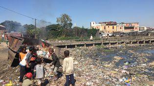 L'association Action contre la faim récupère des tickets-resto périmés pour ses projets contre la malnutrition, comme ici à Madagascar. (JURGEN BAETZ / DPA)