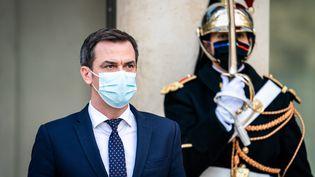 Le ministre de la Santé Olivier Véran quitte le palais de l'Elysée, à Paris, le 9 décembre 2020. (XOSE BOUZAS / HANS LUCAS / AFP)