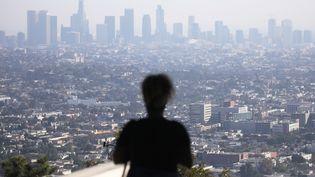 """La vue depuis l'observatoire Griffith à Los Angeles, en Californie (Etats-Unis), le 4 novembre 2019. La qualité de l'air dans la métropole de Los Angeles était """"médiocre"""" ce jour selon les autorités compétentes. (MARIO TAMA / AFP)"""