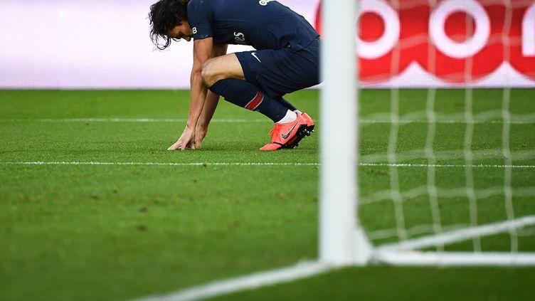 Edinson Cavani après le penalty sur lequel il s'est blessé, samedi 9 février face à Bordeaux. (ANNE-CHRISTINE POUJOULAT / AFP)