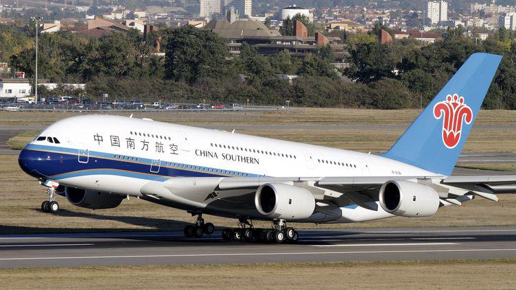 """En 2012, Airbus compte livrer trente A380 comme celui-ci, un avion dit """"très gros porteur"""" qui peut transporter jusqu'à 853 passagers. (JEAN-PHILIPPE ARLES / REUTERS)"""