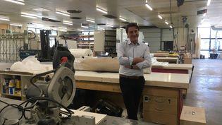 Fabrice Laborde, PDG du groupe ByGalis, qui conçoit des stands pour les salons, congrès et foires, dans son atelier de fabrication, l'un des derniers en France. (GREGOIRE LECALOT / RADIO FRANCE)